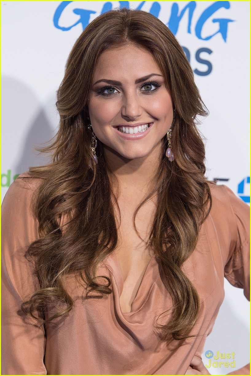 cassie scerbo giving awards 10