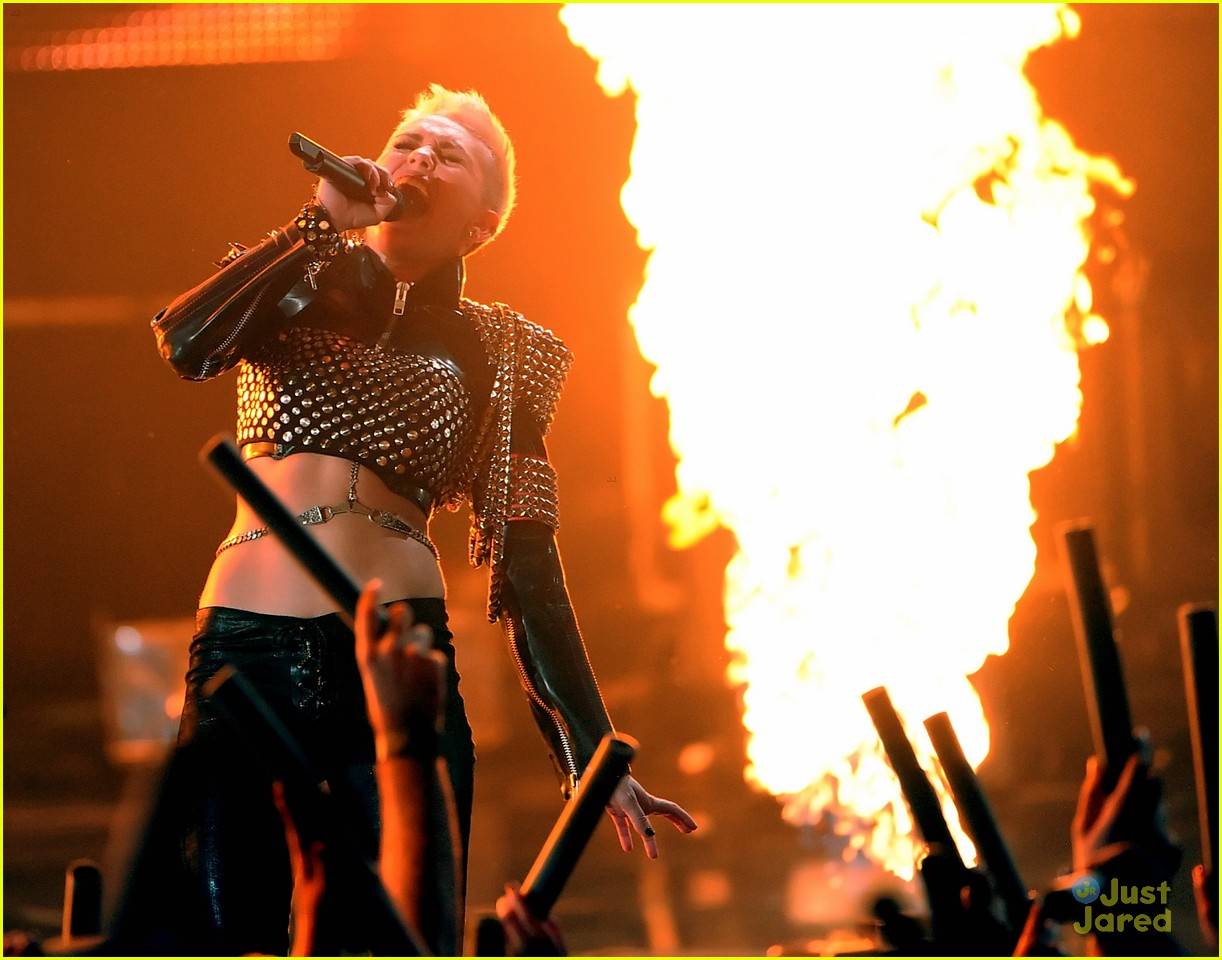 miley cyrus divas performance 02
