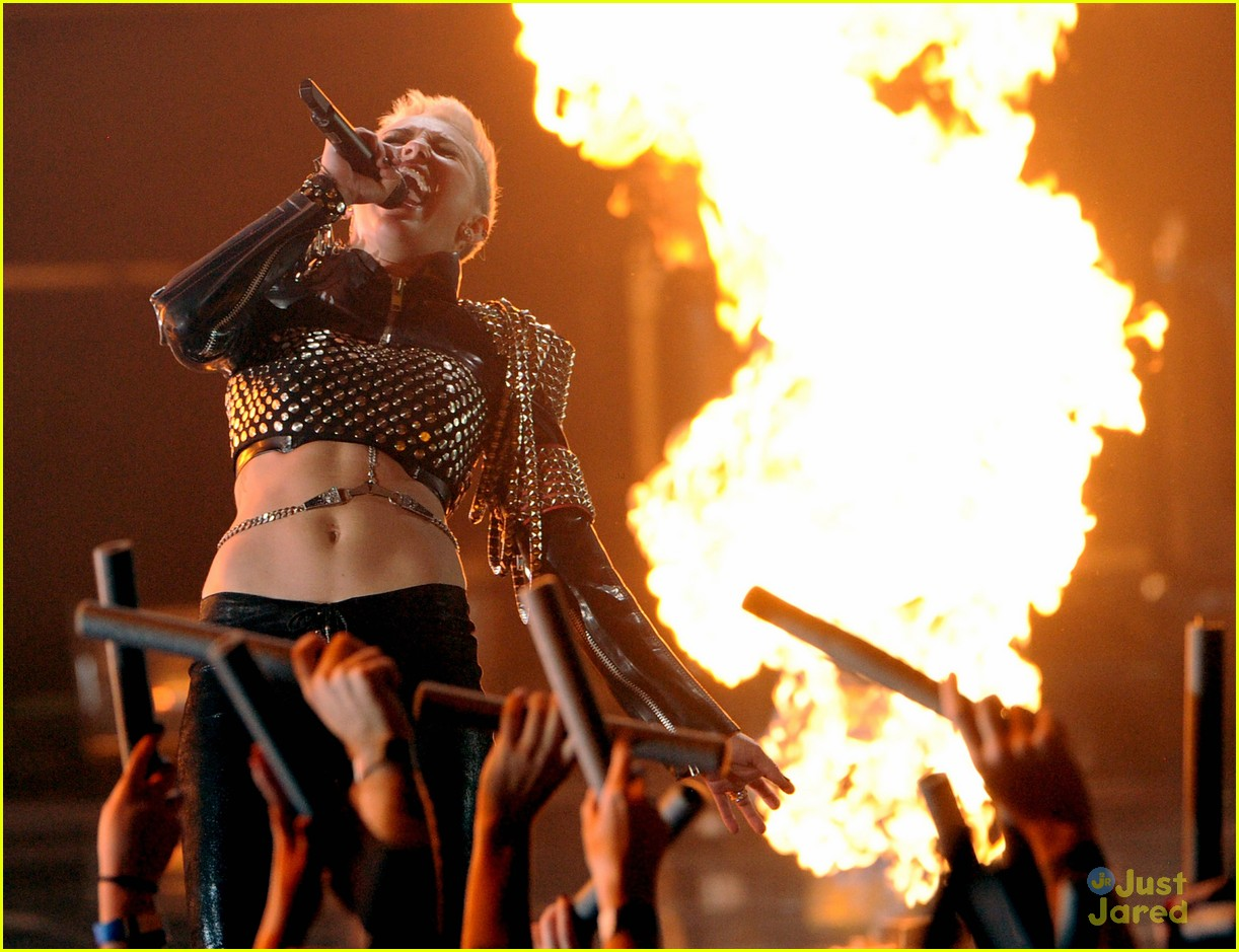 miley cyrus divas performance 19
