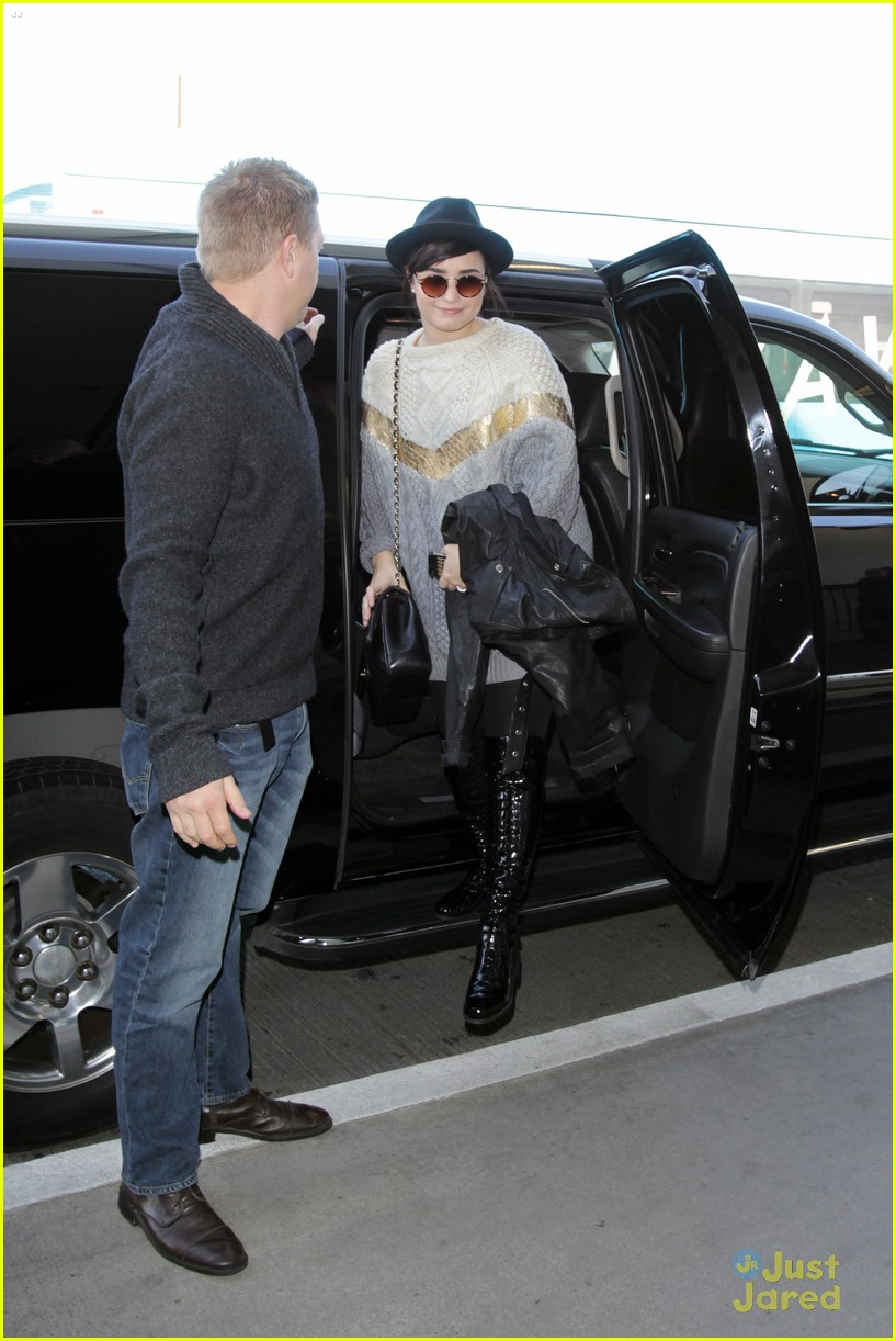 demi lovato lax arrival 04
