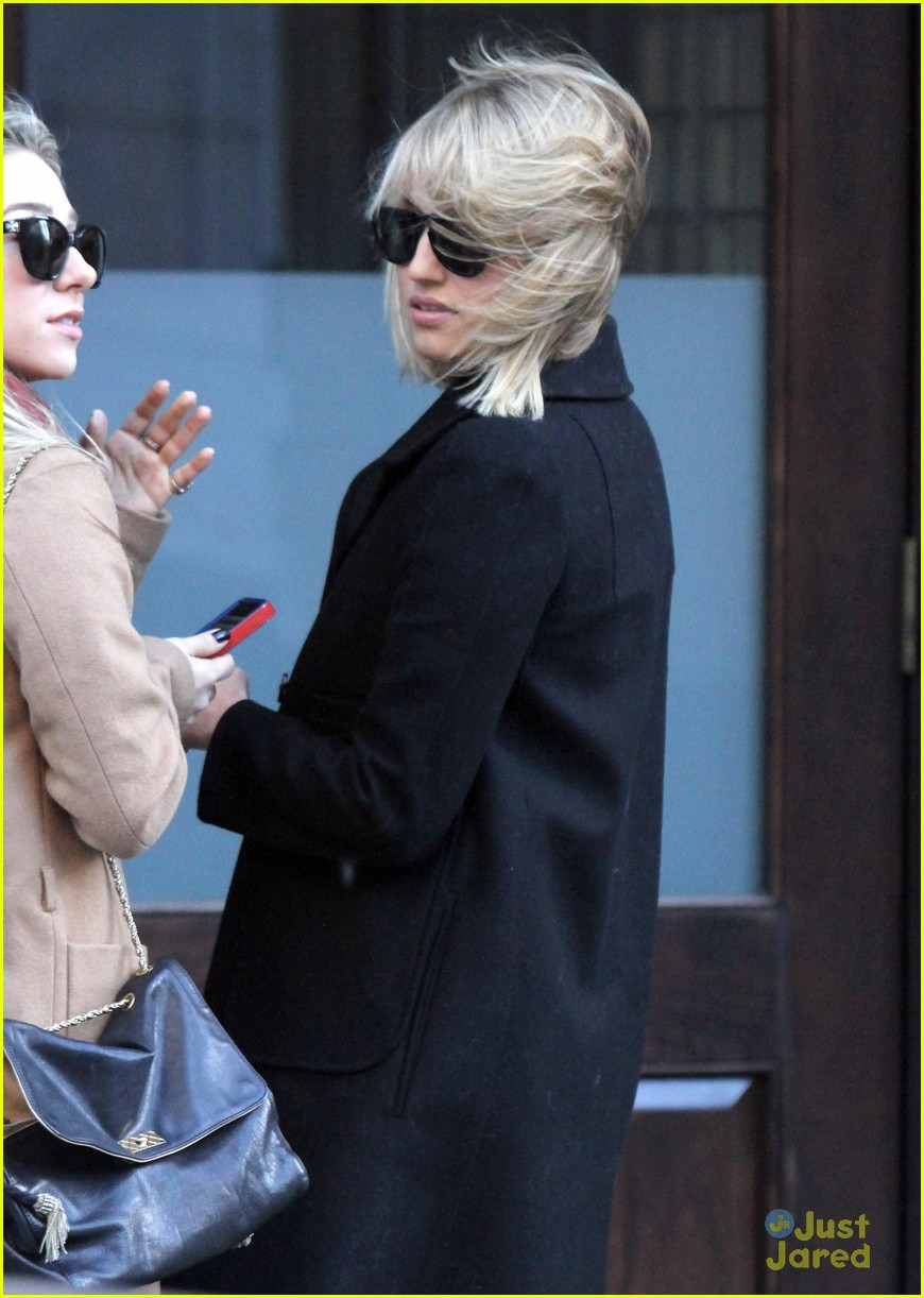 dianna agron wind hair shopping 03