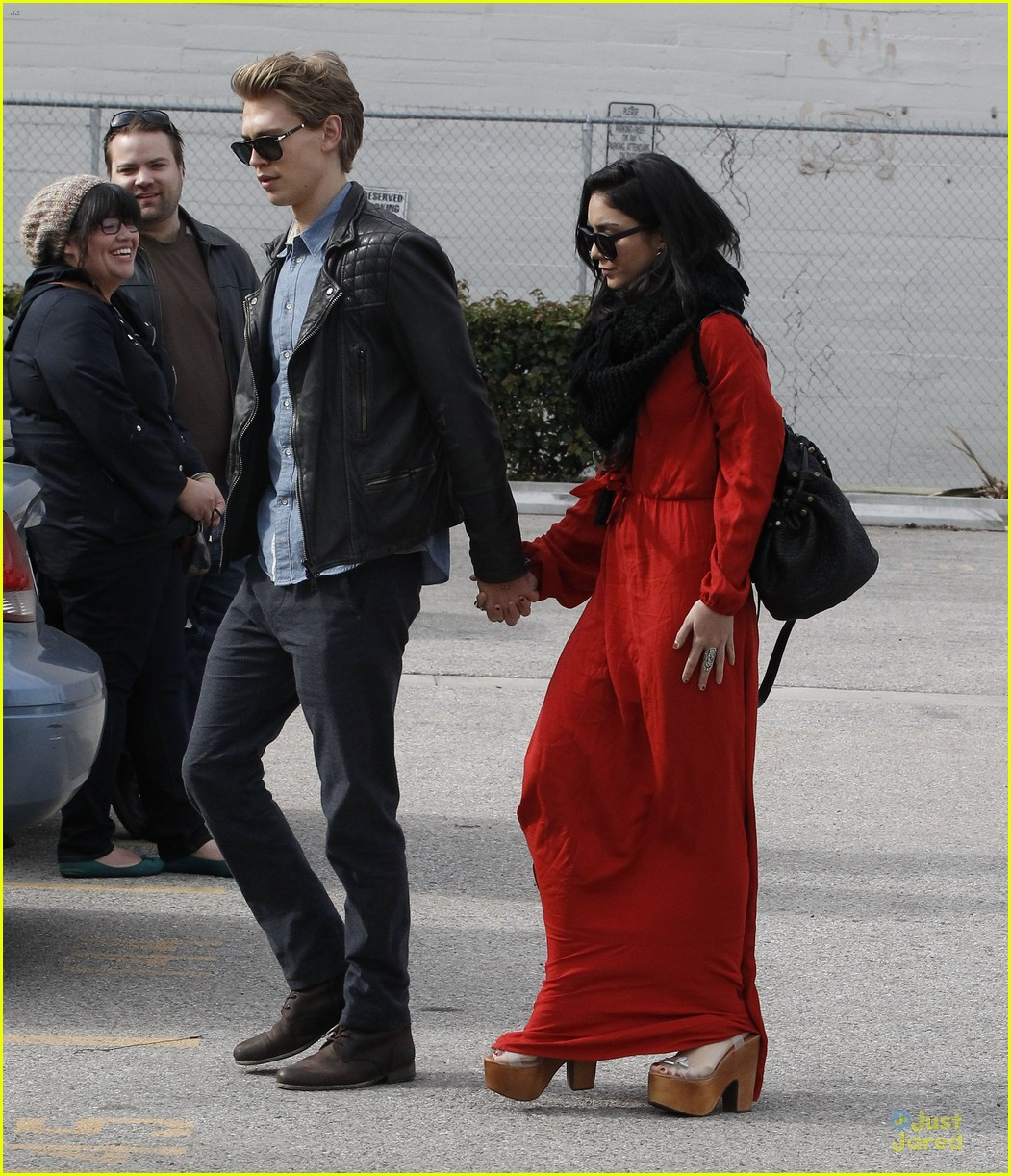 vanessa hudgens & austin butler church going couple 05