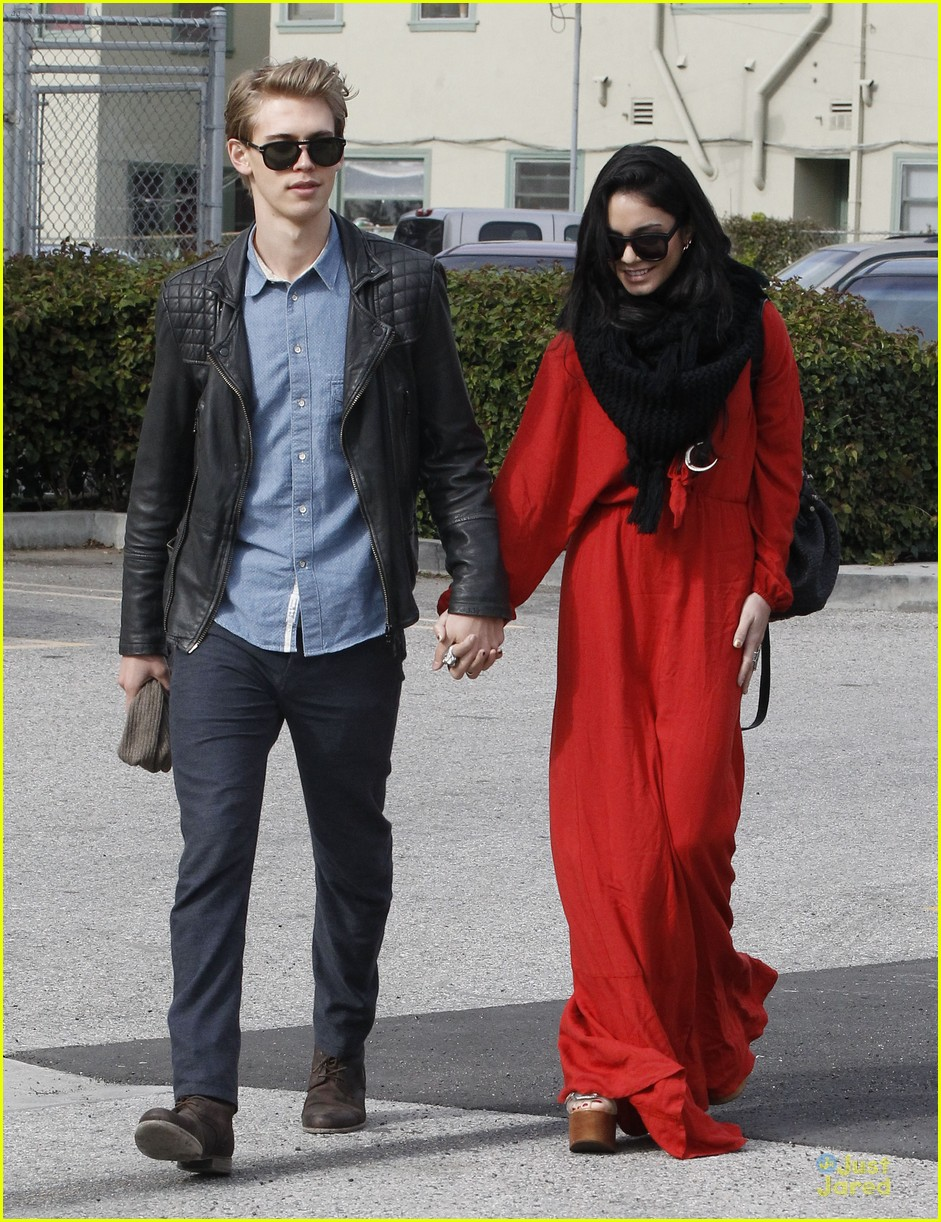 vanessa hudgens & austin butler church going couple 15