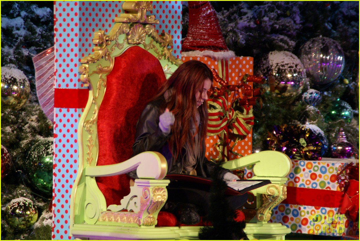 jillian rose reed grinchmas reading 04