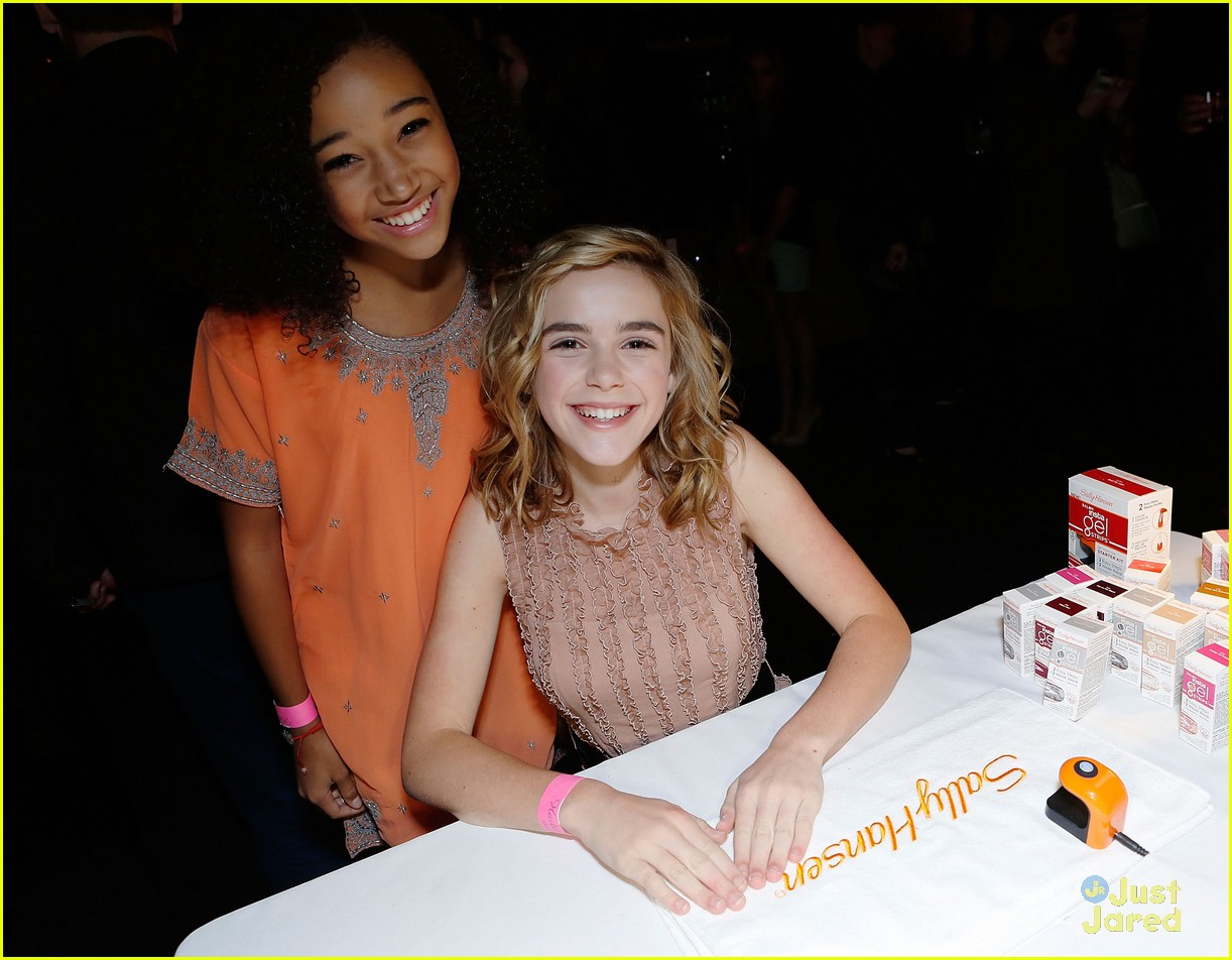 kiernan shipka hailee party 05
