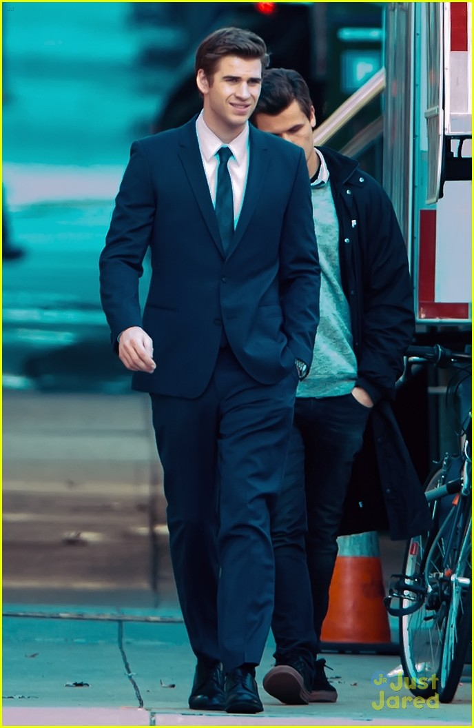 liam hemsworth paranoia night shoots 01