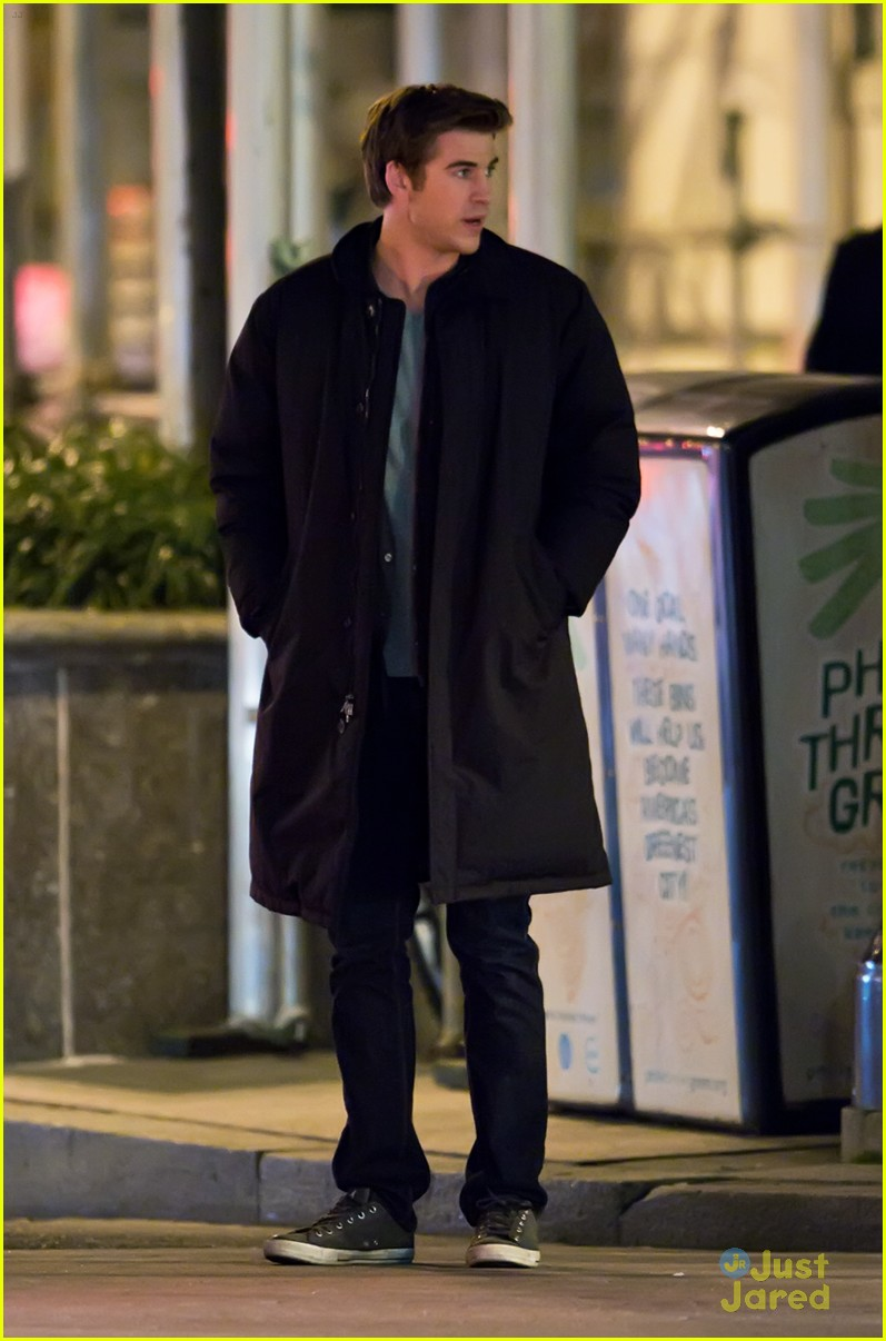 liam hemsworth paranoia night shoots 05