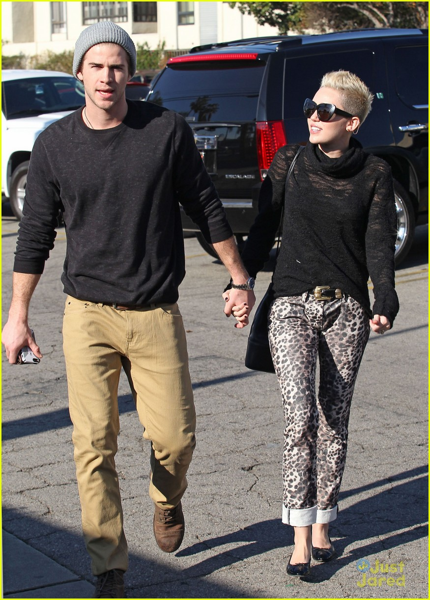 miley cyrus liam hemsworth holding hands at starbucks 07