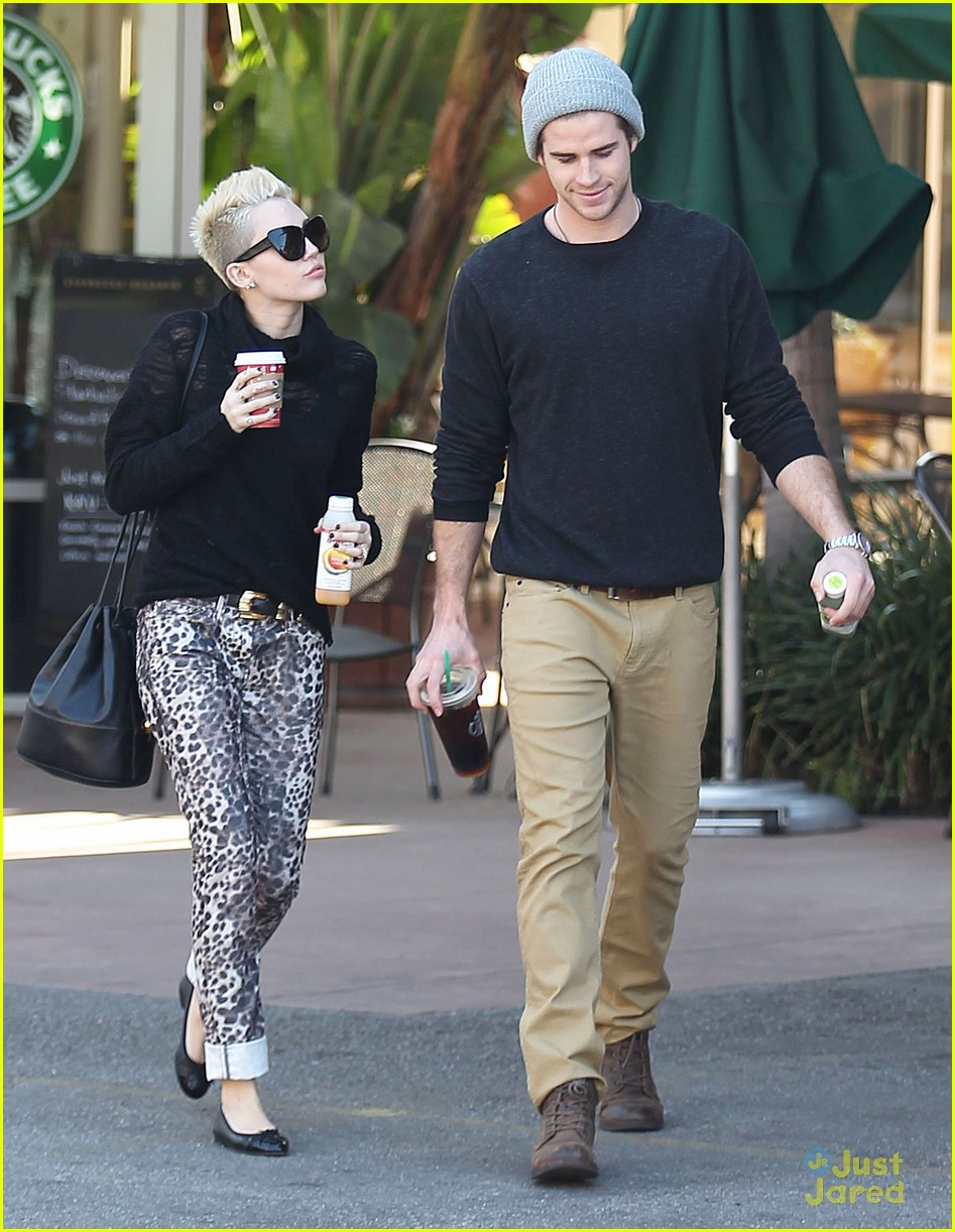 miley cyrus liam hemsworth holding hands at starbucks 11