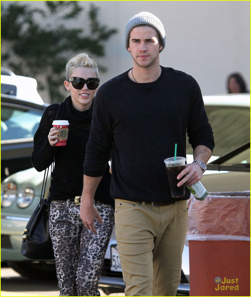 miley cyrus liam hemsworth holding hands at starbucks 19