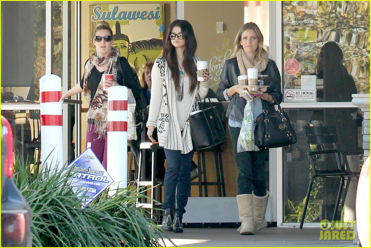 selena gomez smiling at starbucks 03