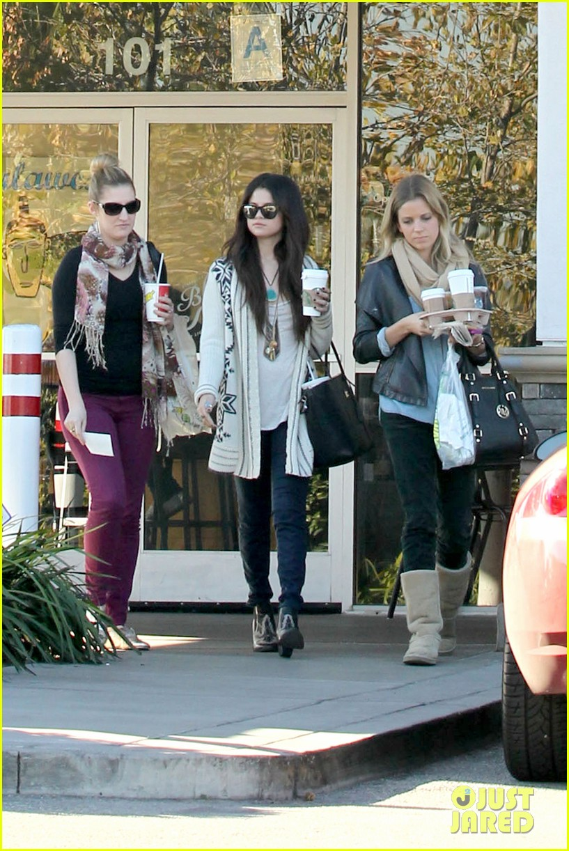 selena gomez smiling at starbucks 04