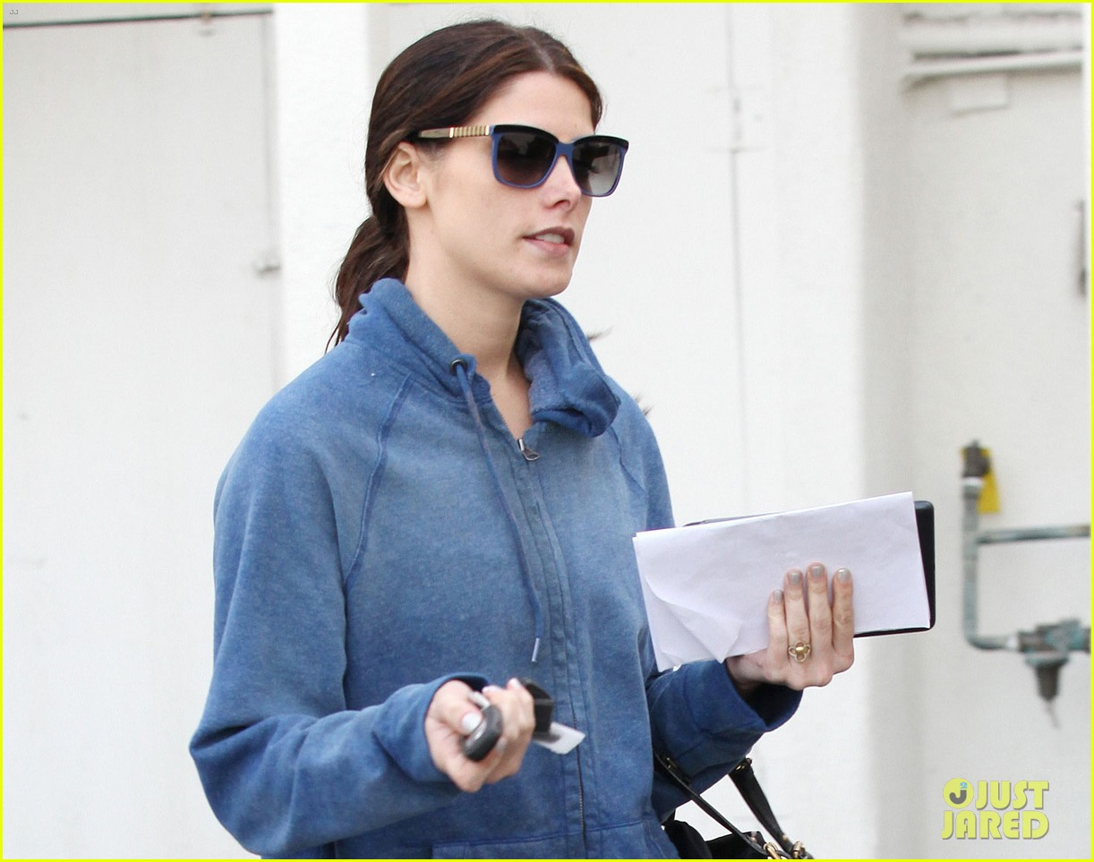 ashley greene nail salon stop 02