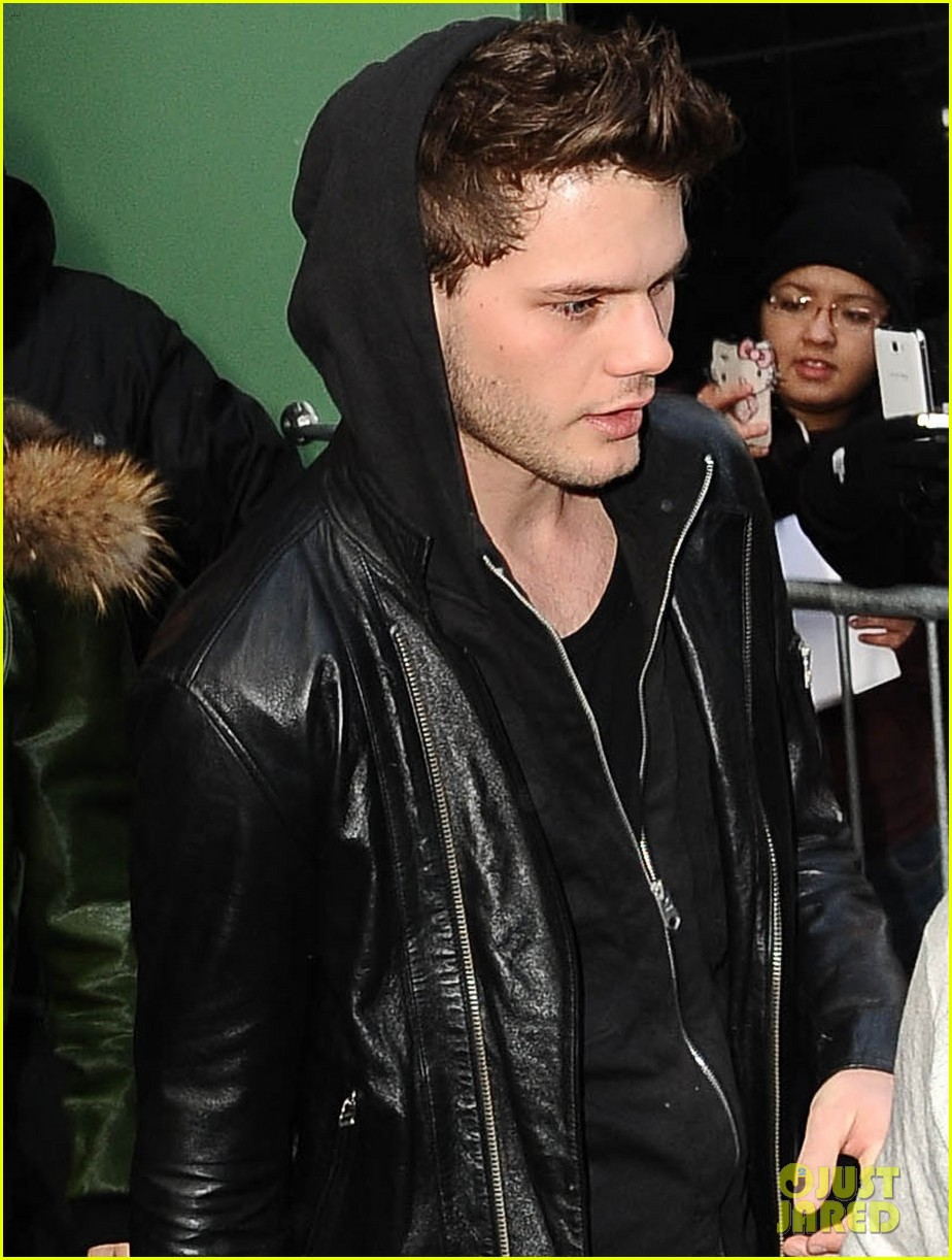 jeremy irvine good morning america 01