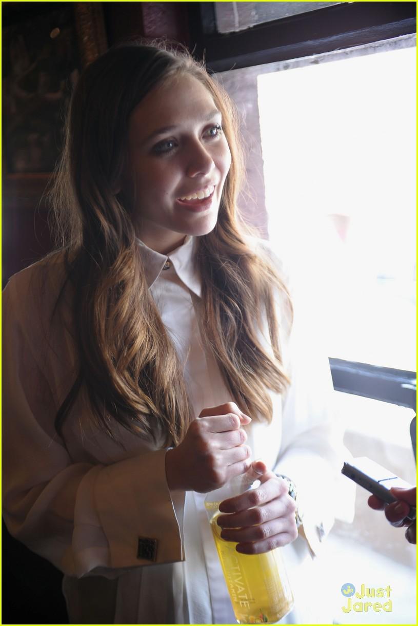 elizabeth olsen dakota fanning vgg interviews 03