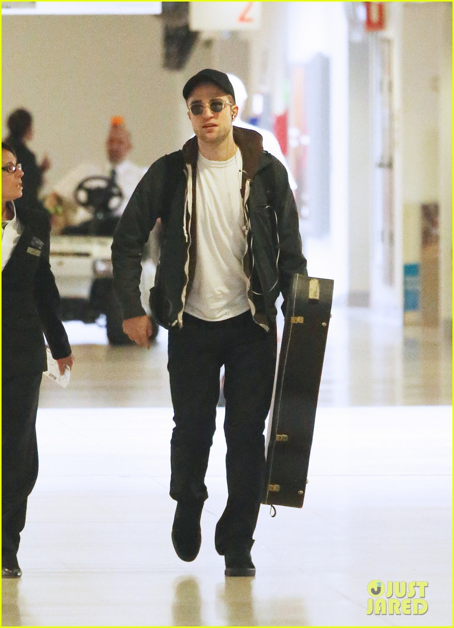 robert pattinson melbourne departure 01