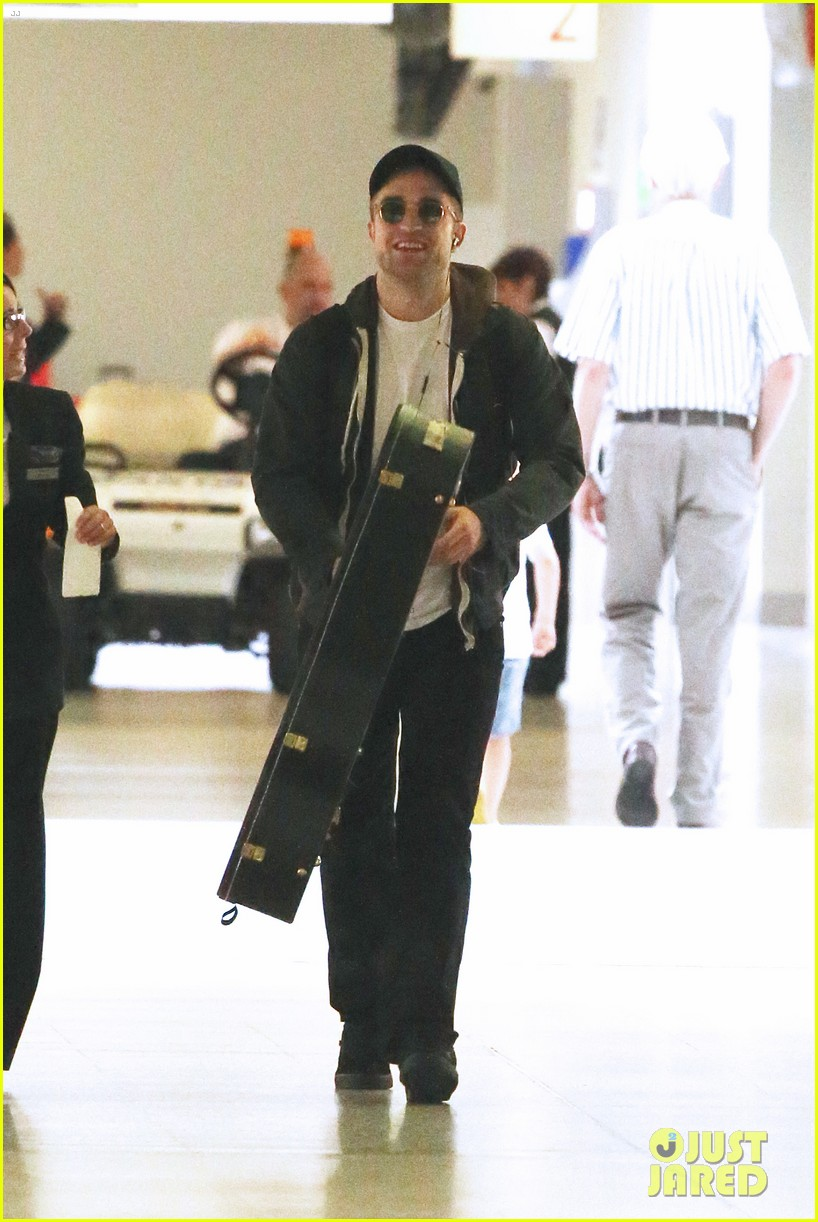 robert pattinson melbourne departure 03