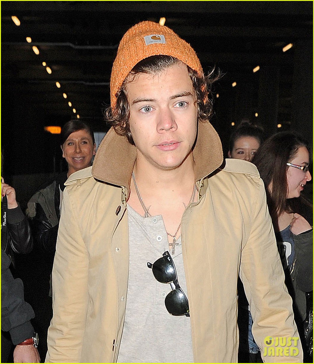 harry styles heathrow arrival 01