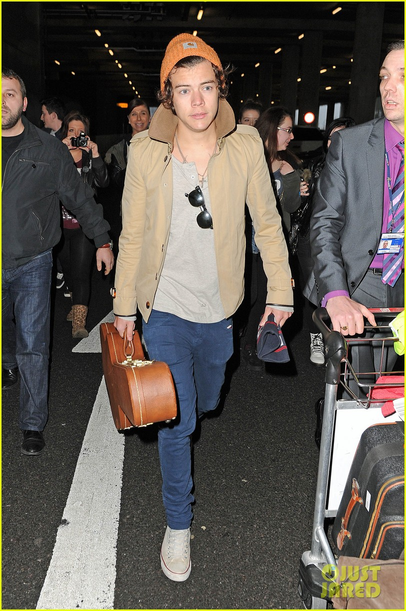 harry styles heathrow arrival 03