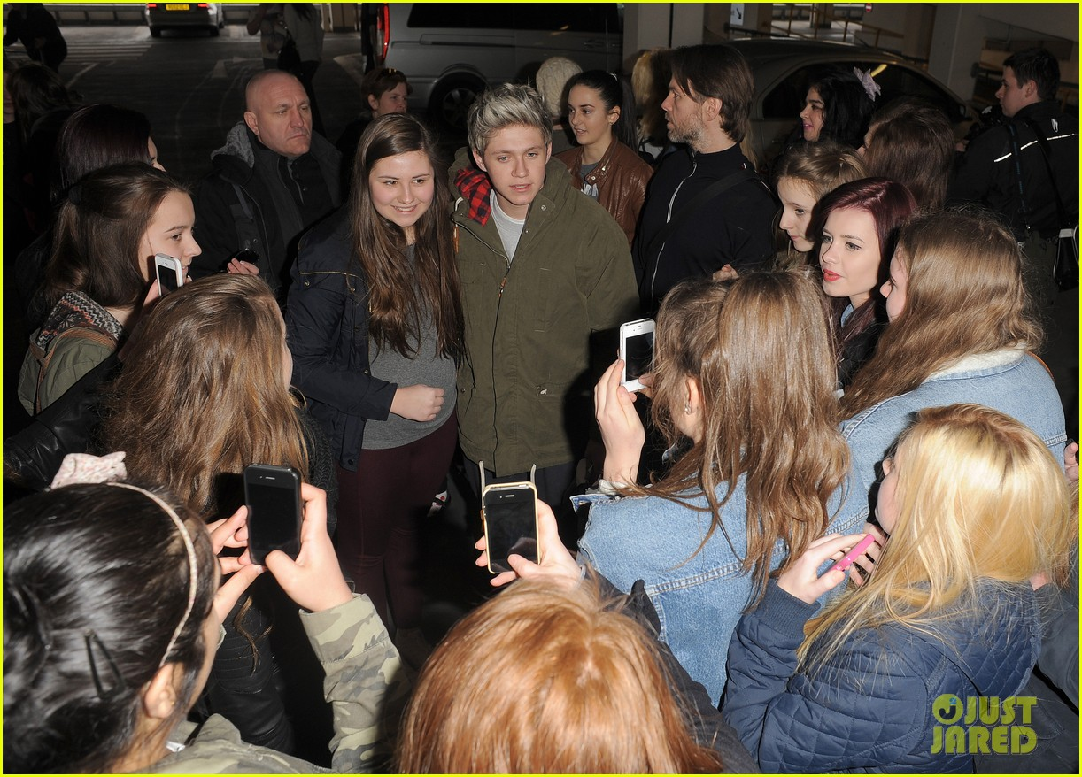 Visite de Percival Cupidus aux grévistes Niall-horan-fan-frenzy-at-heathrow-airport-02