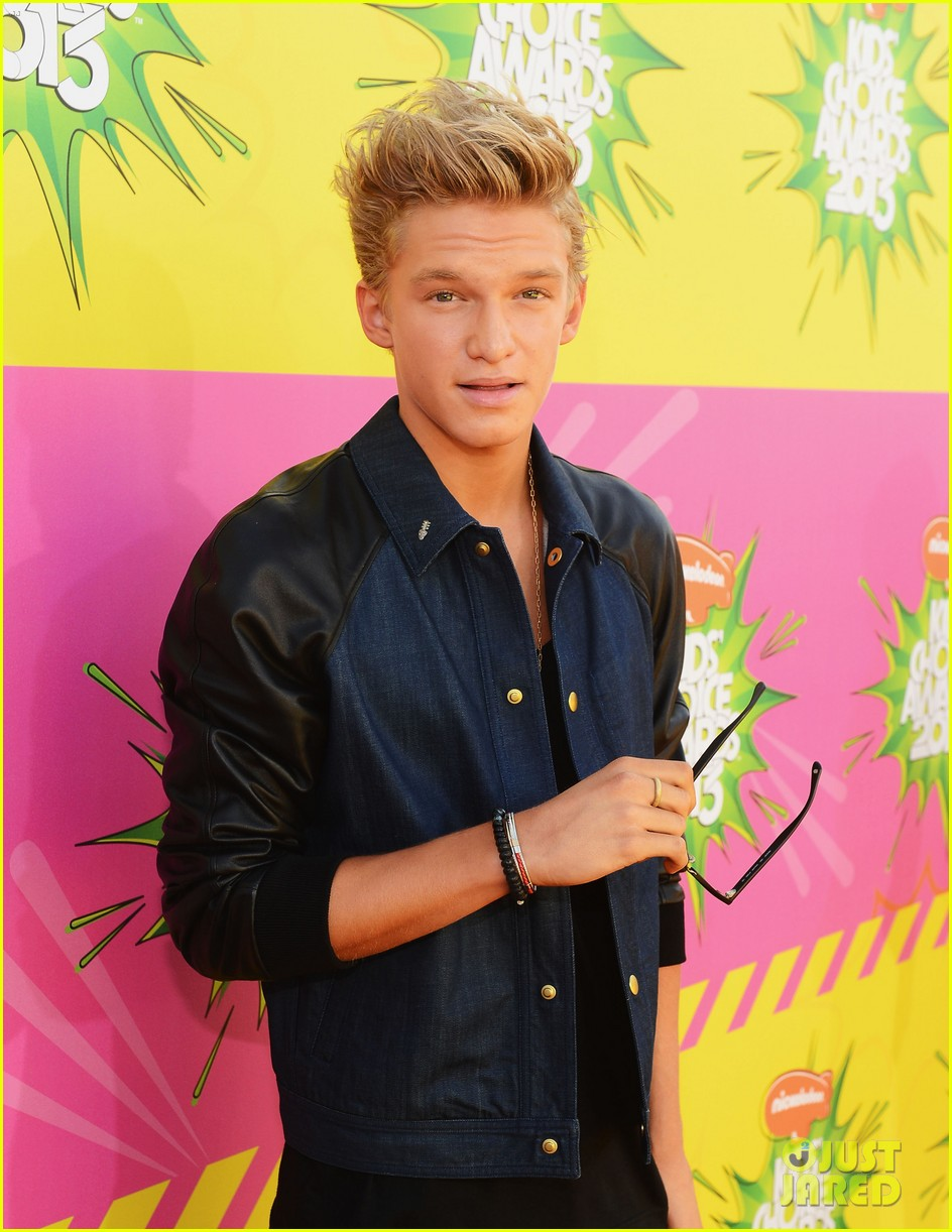 cody simpson kids choice award carpet 01