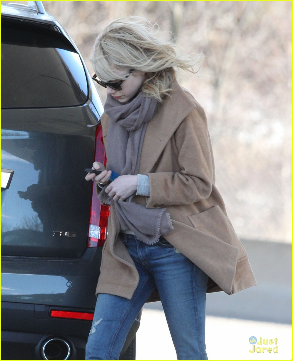 emma stone gas station stop 01