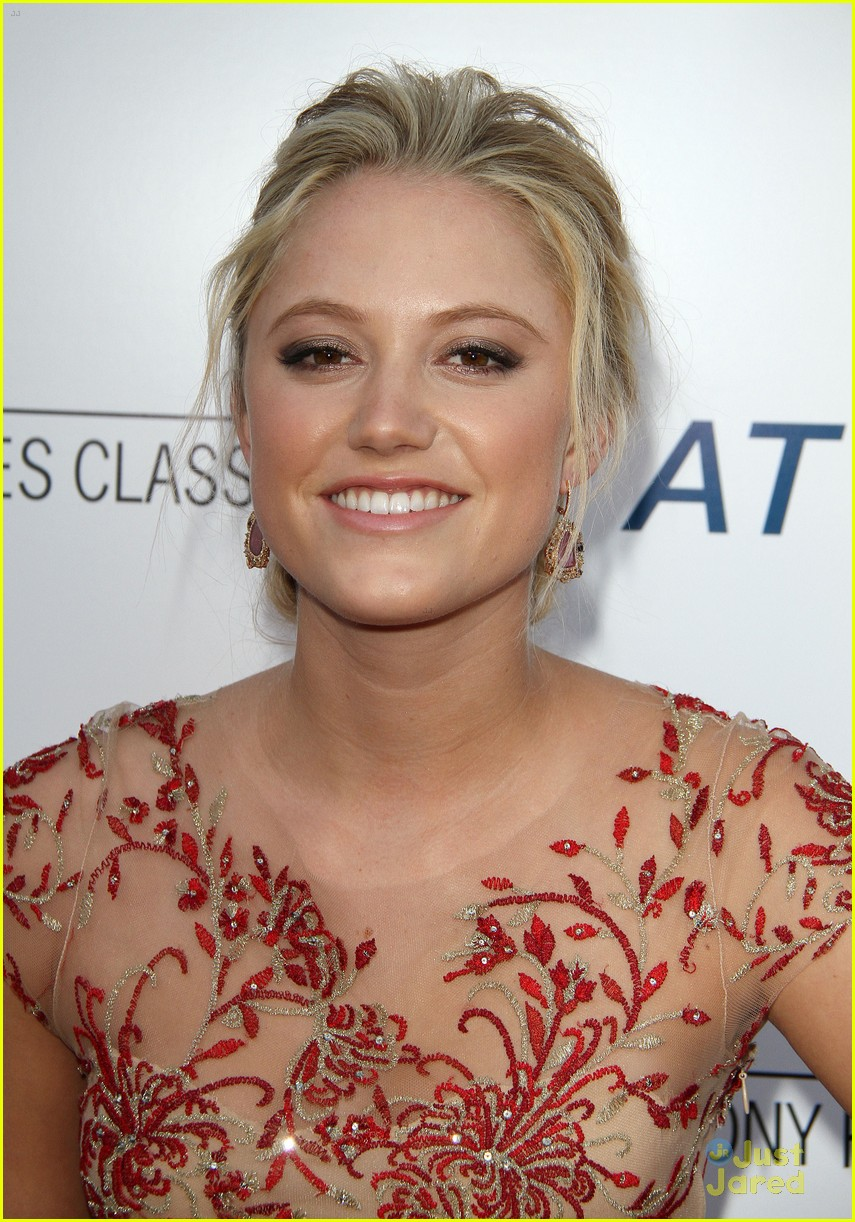 The 24-year old daughter of father (?) and mother(?), 168 cm tall Maika Monroe in 2018 photo