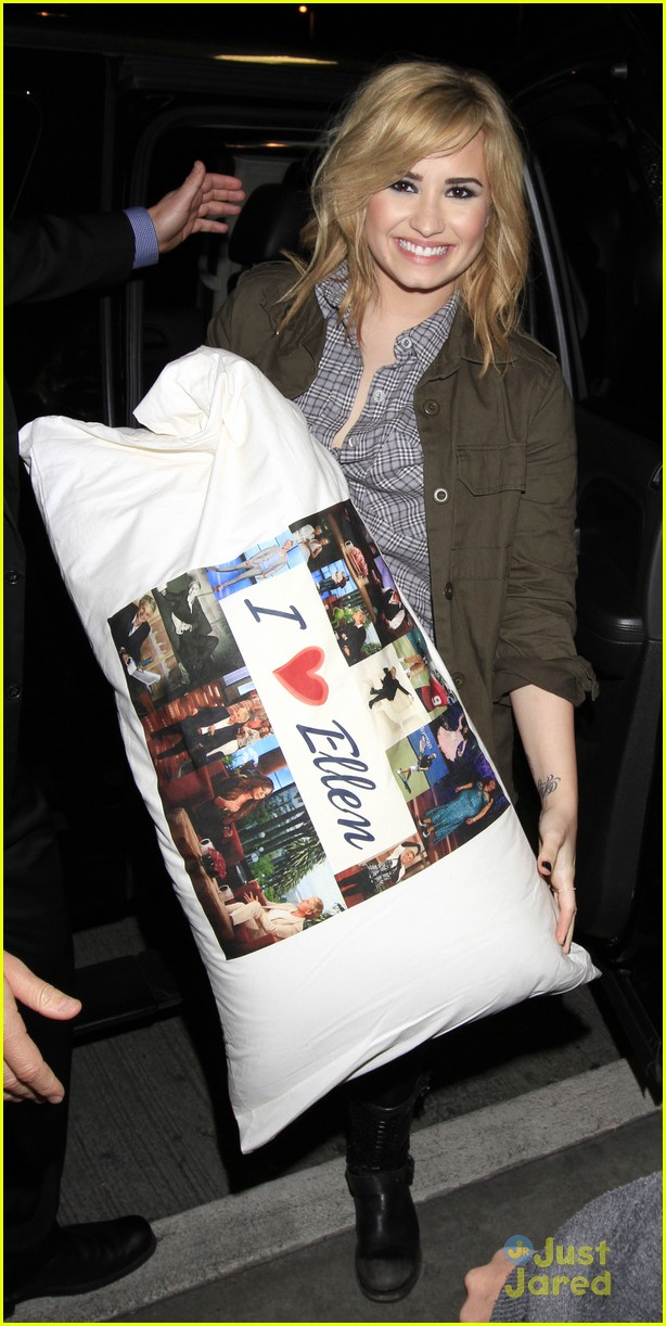 demi lovato brings her i love ellen pillow to the airport 04