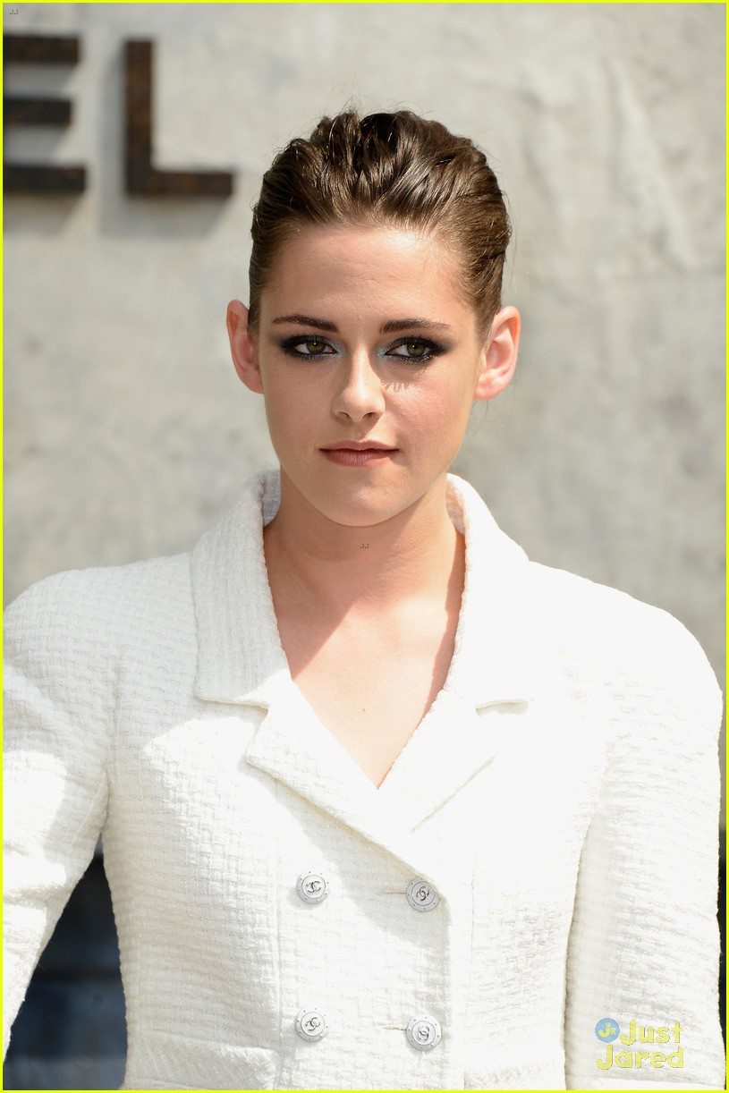 kristen stewart front row at the chanel show 04