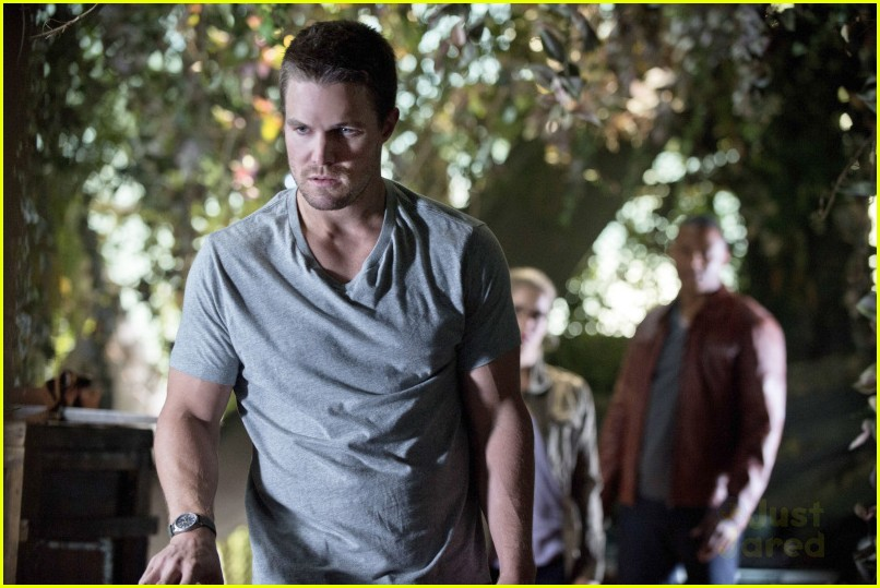 stephen amell arrow season 3 premiere pics photo