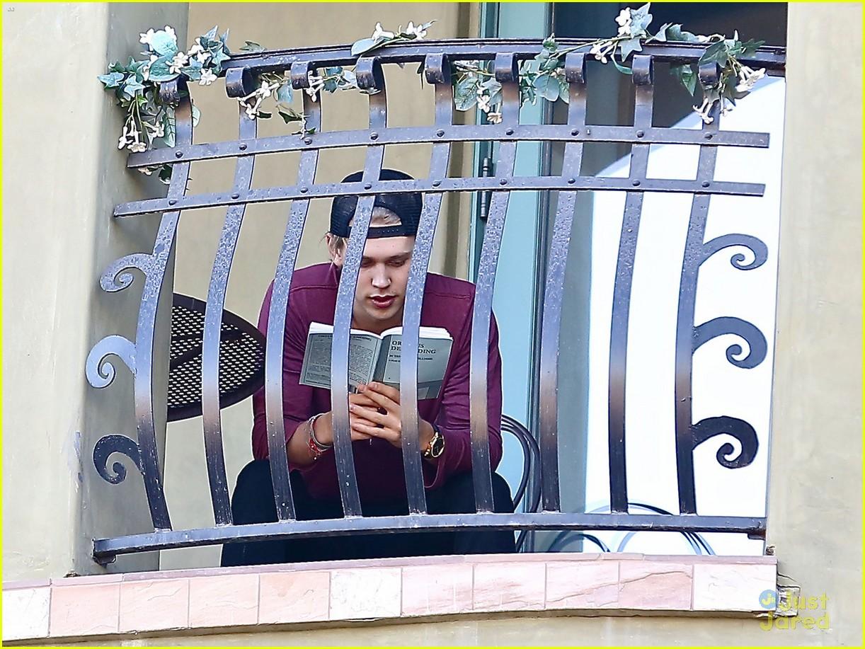 Austin butler busy balcony reader photo 629992 photo for The balcony book