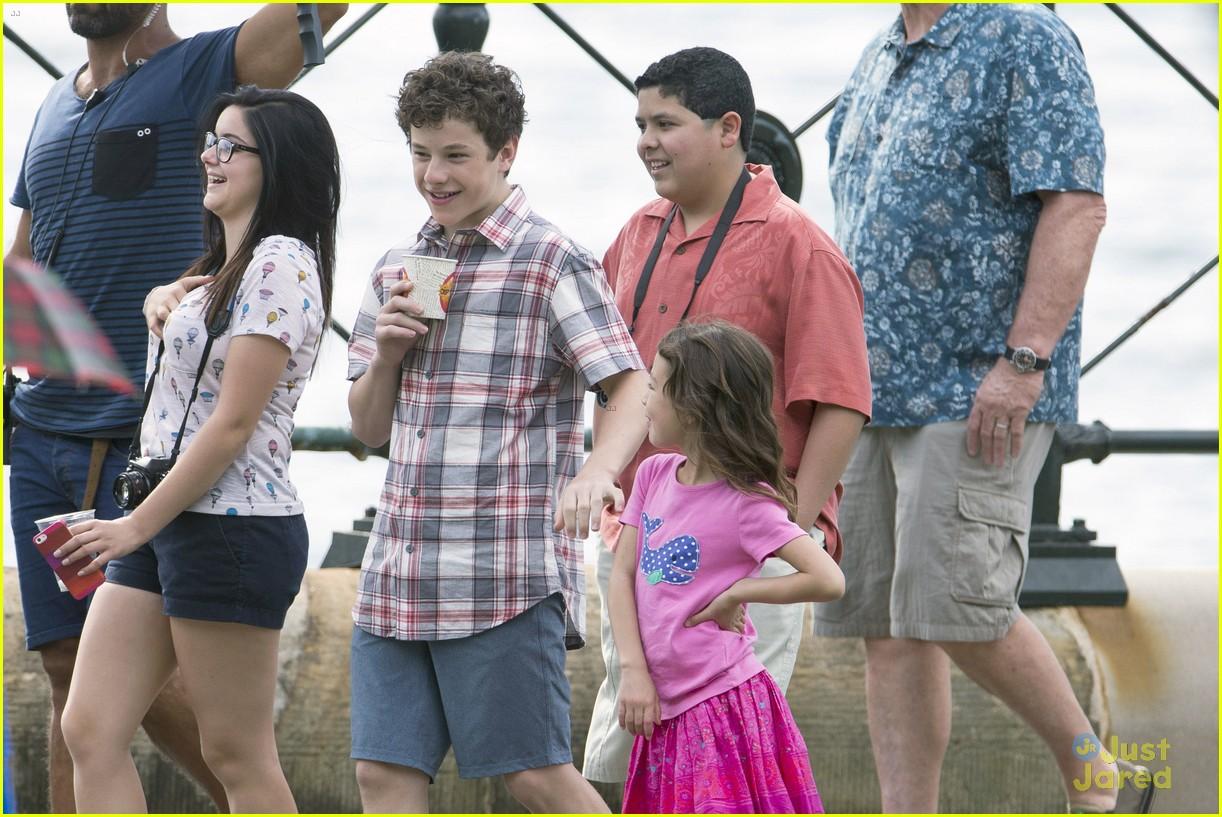 Sarah Hyland & Ariel Winter Film 'Modern Family' Holiday Episode in  Australia | Photo 645528 - Photo Gallery | Just Jared Jr.