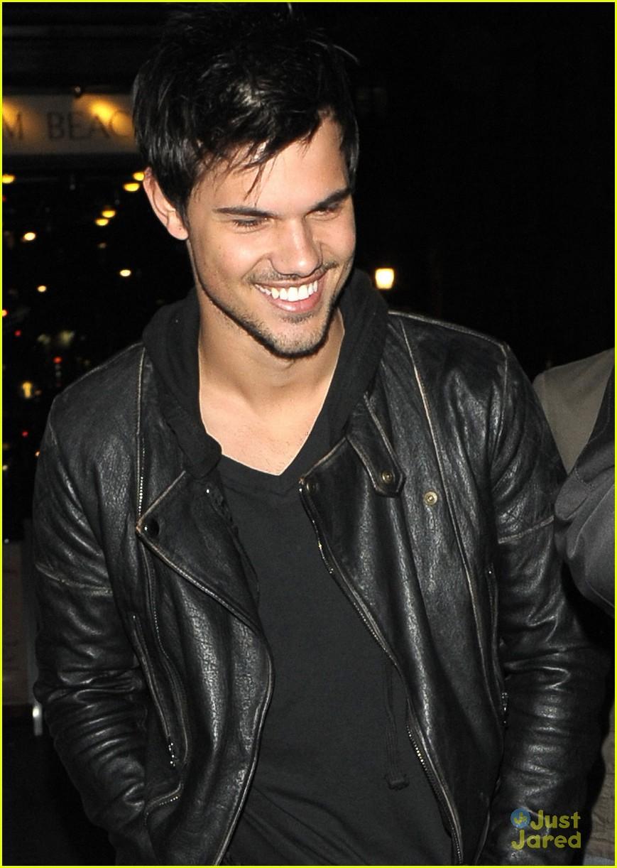 Taylor Lautner ( Twilight) Taylor-lautner-cracks-up-friends-london-03
