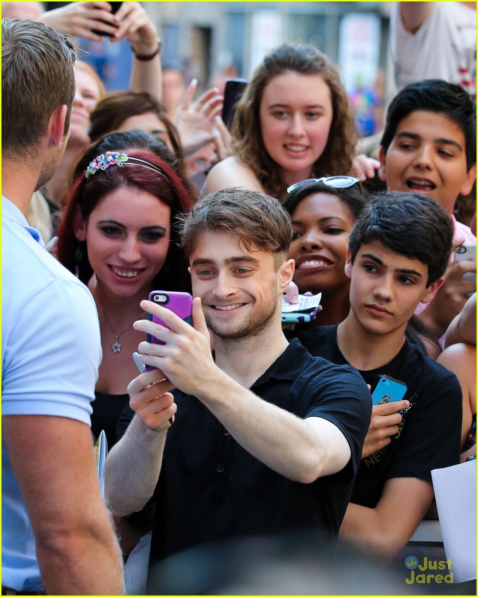 Full Sized Photo of daniel radcliffe selfies fans broadway ... Daniel Radcliffe