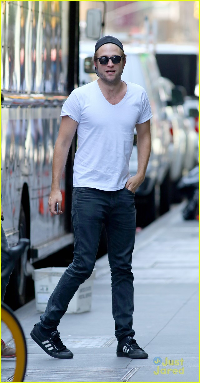 robert pattinson hangs out with tom sturridge 05