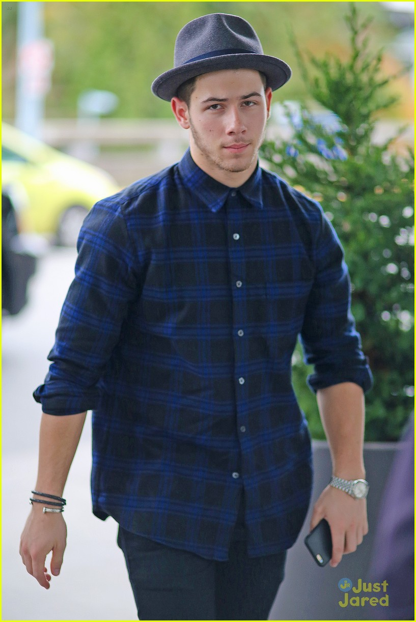nick jonas airport after we day 01