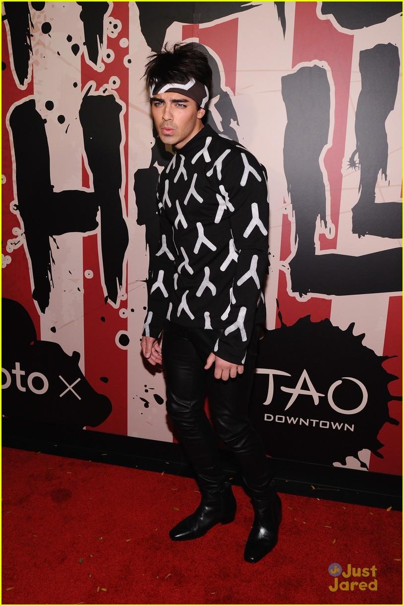 Joe Jonas Nails Zoolander At Heidi Klum's Annual Halloween Party ...