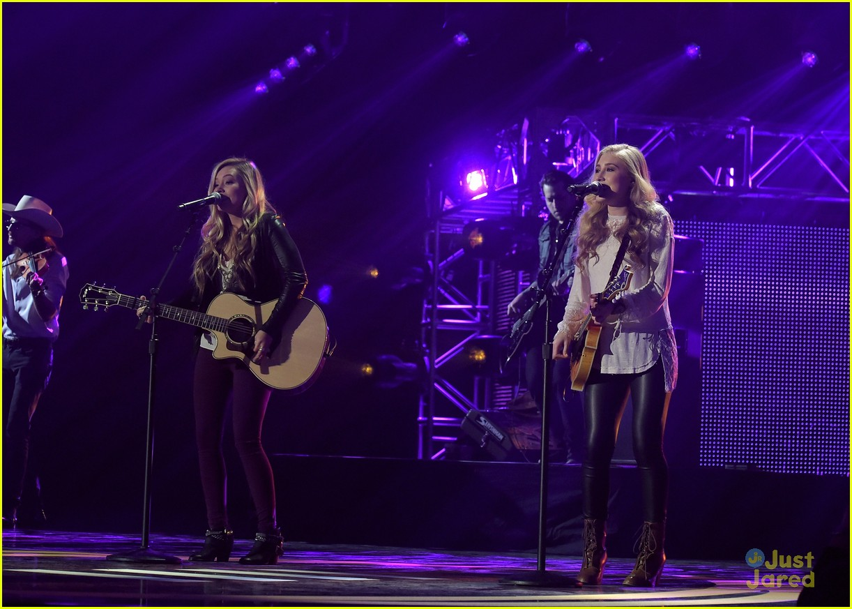Country duo maddie amp tae debut new single fly listen now photo