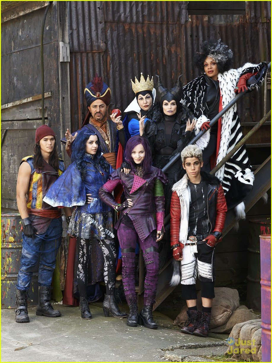 dove cameron sofia carson descendants stills 03