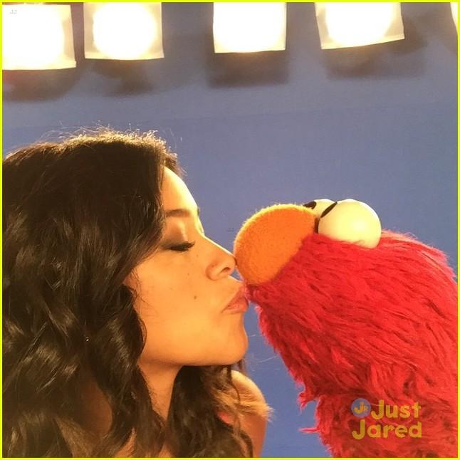 Sesame street kiss cartoon