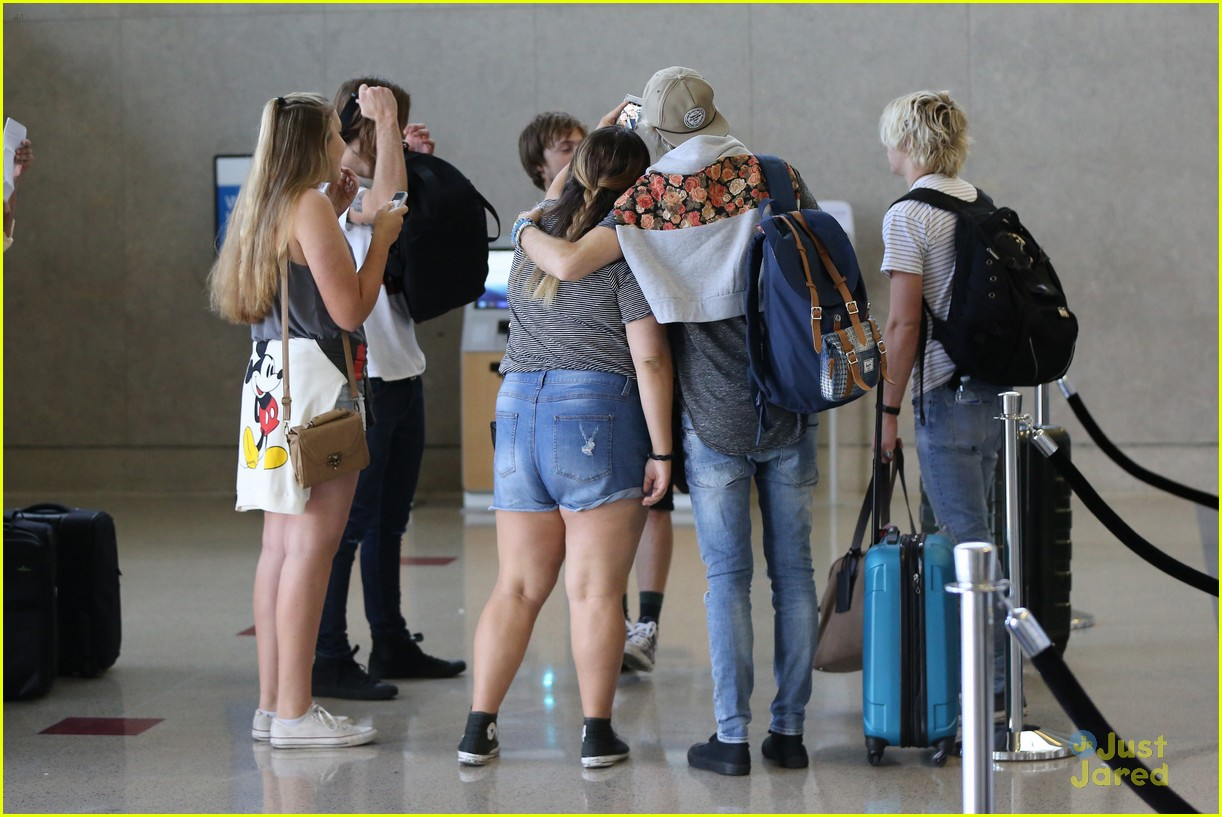 rydel lynch ellington ratliff kiss at airport flight out 03