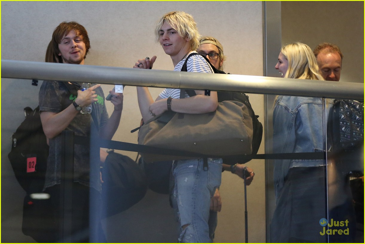 rydel lynch ellington ratliff kiss at airport flight out 05
