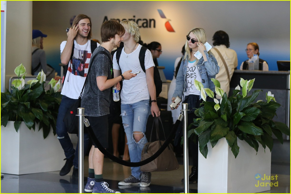 rydel lynch ellington ratliff kiss at airport flight out 10