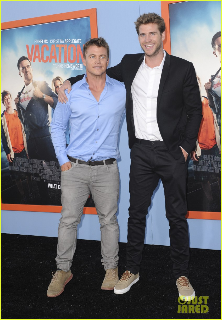 chris hemsworth gets his brothers support at vacation premiere 05
