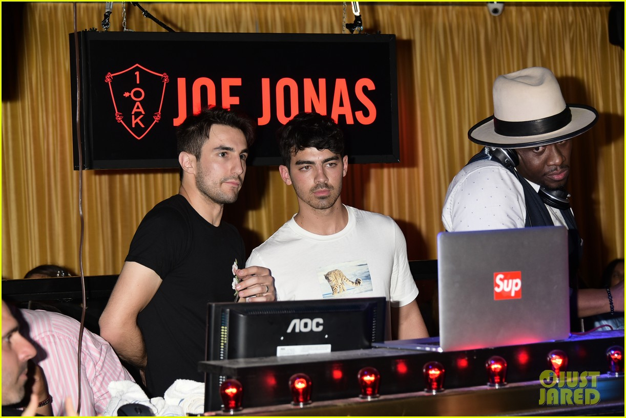 joe jonas meets up with brothers kevin nick 19