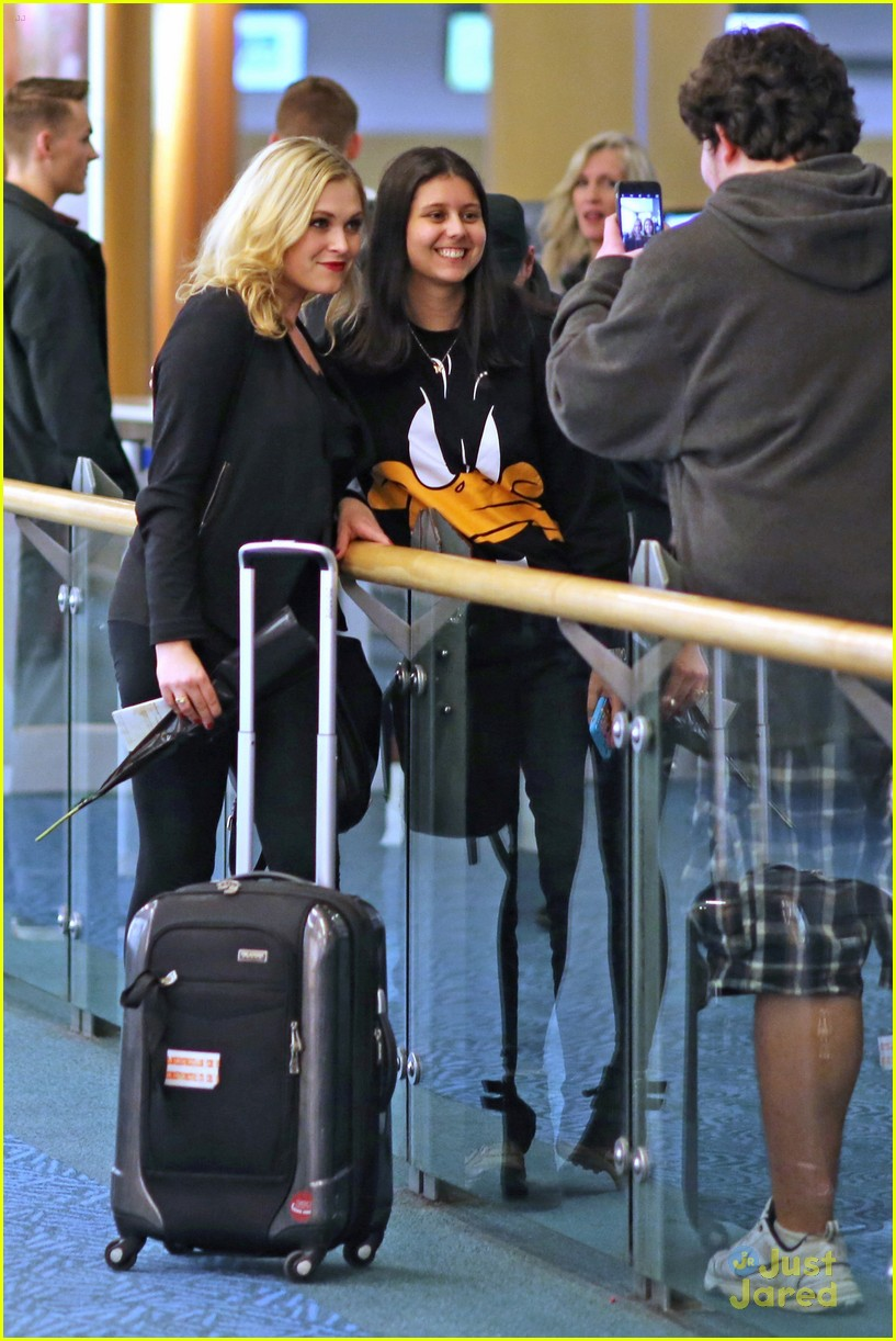 eliza taylor danielle panabaker leave vancouver for home 04