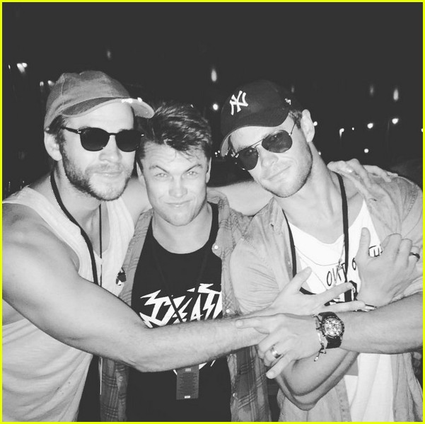 chris hemsworth has a brothers night out with liam luke 03