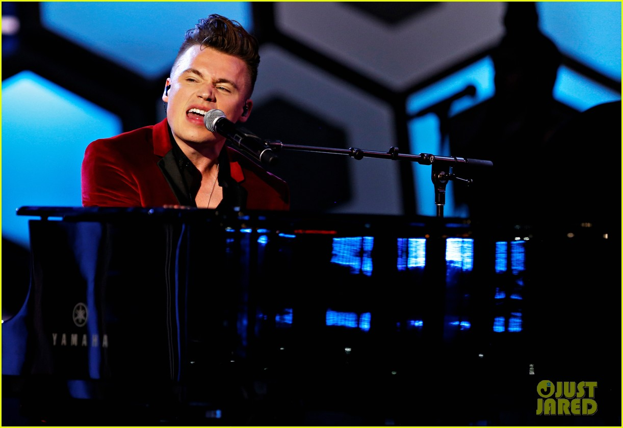 hailee steinfeld performs with shawn hook at muchmusic video awards 2016 04