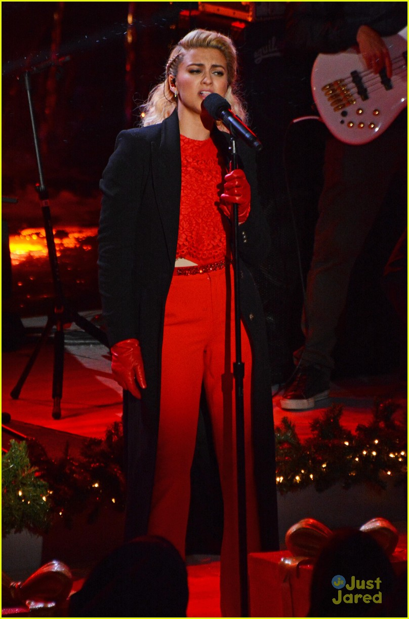 Tori Kelly Blows Us All Away with 'O Holy Night' at Christmas in ...