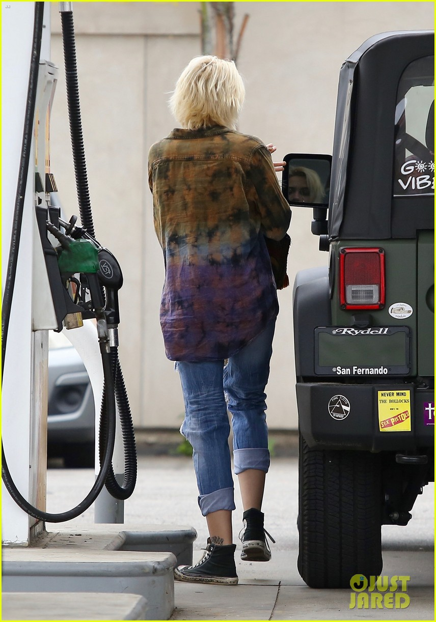 paris jackson gas station stop 02
